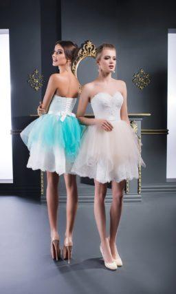Открытое вечернее платье с короткой юбкой, покрытой цветным декором.