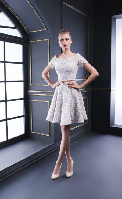 Вечернее платье с укороченным кружевным топом с рукавом прямого кроя.