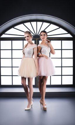 Вечернее платье с романтичной пышной юбкой до колена и кружевным корсетом.