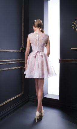 Розовое вечернее платье с юбкой А-силуэта до колена и кружевным декором.