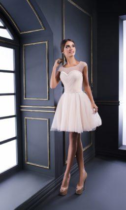 Нежное вечернее платье розового цвета с закрытым лифом и многослойной юбкой.