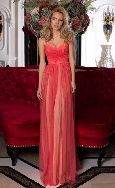 Коралловое вечернее платье с подкладкой на тон светлее и открытым декольте.