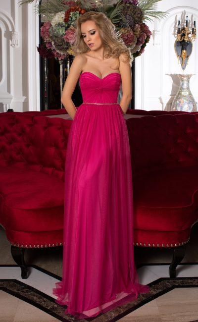 Малиновое вечернее платье с декором из драпировок и открытым лифом-сердечком.