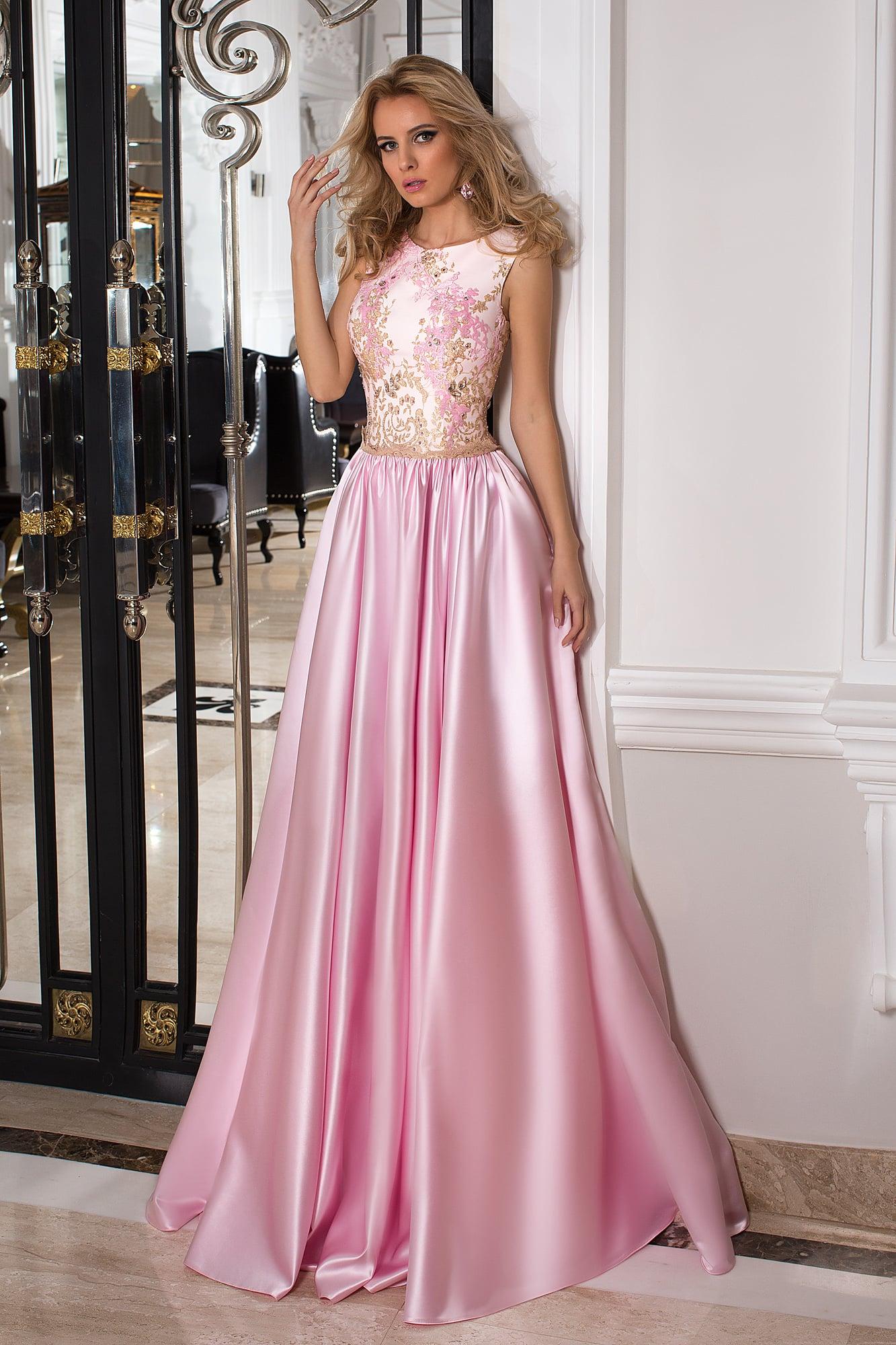 97196a5d0d0 Закрытое вечернее платье розового цвета с золотым декором и декольте сзади.