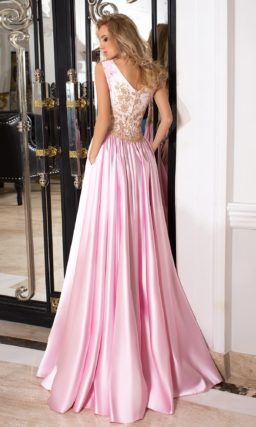 Закрытое вечернее платье розового цвета с золотым декором и декольте сзади.