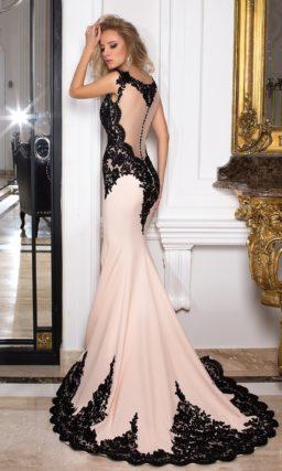 Бежевое вечернее платье с черной кружевной отделкой и облегающим кроем.