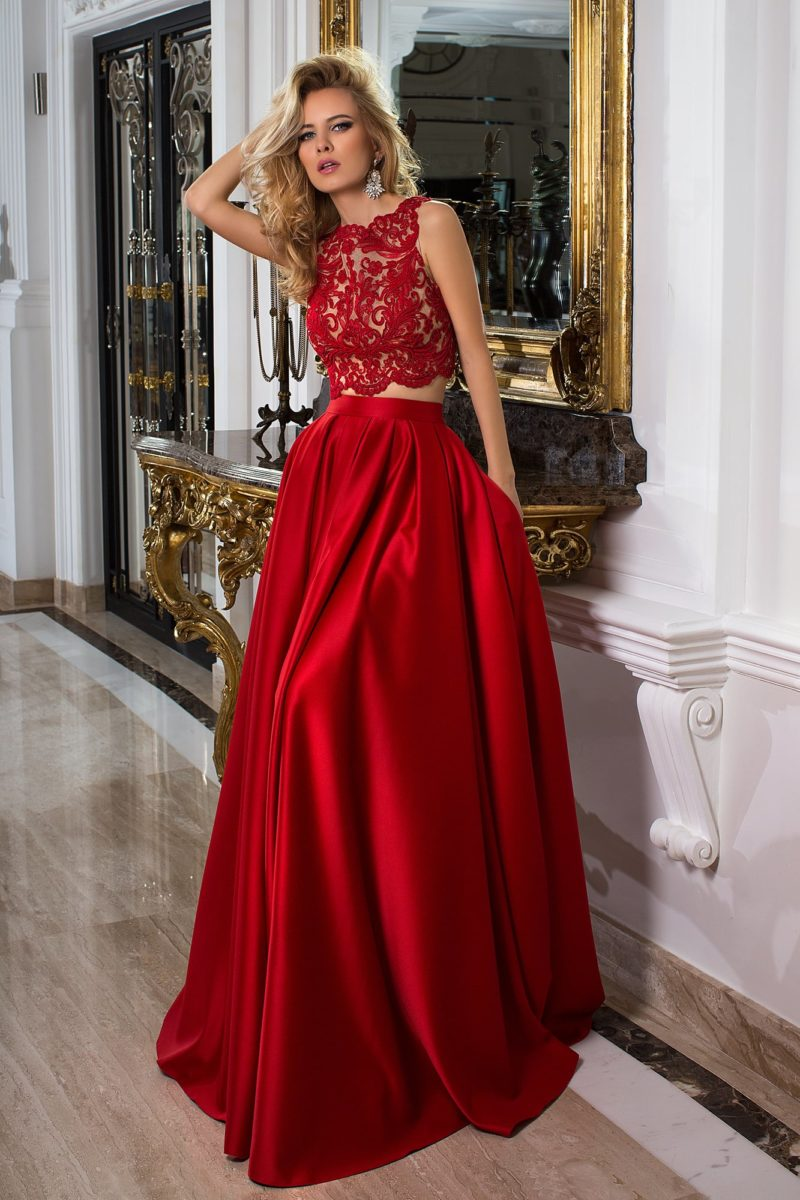 Красное вечернее платье с коротким ажурным верхом и пышной атласной юбкой.