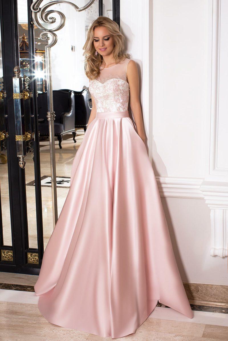 Пышное вечернее платье оттенка розового кварца с закрытым полупрозрачным верхом.