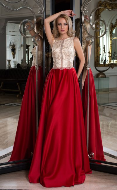Вечернее платье красного цвета с белым лифом с открытой глубоким вырезом спинкой.