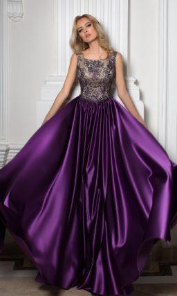 Глянцевое вечернее платье с фиолетовой юбкой и закрытым ажурным верхом.