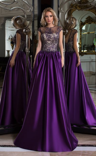 Фиолетовое вечернее платье с пышной юбкой и полупрозрачным закрытым верхом.