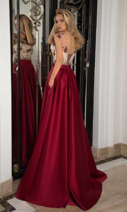 Роскошное вечернее платье с бордовым низом и белым корсетом под цветным кружевом.