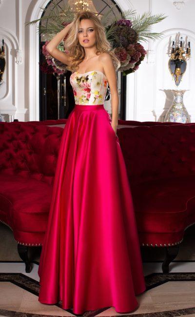 Пышное вечернее платье с малиновой юбкой и белым открытым корсетом.