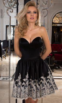 Короткое вечернее платье черного цвета с белой вышивкой по низу подола.