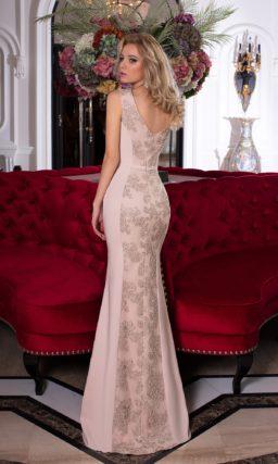 Облегающее вечернее платье в пудровых тонах с полосой кружева по всей длине.