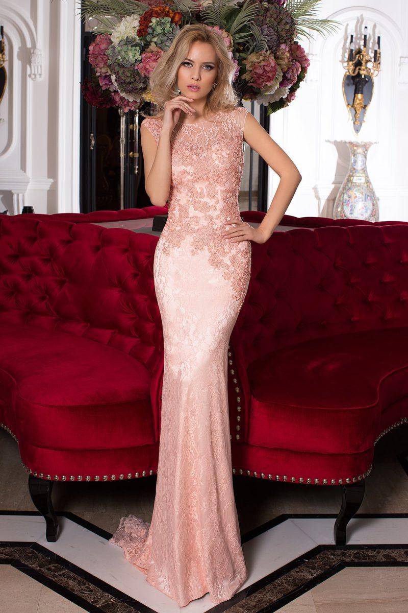 Розовое вечернее платье с богатой фактурой и роскошным шлейфом сзади.