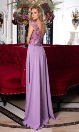 Лавандовое вечернее платье прямого кроя с сияющими аппликациями по верху.