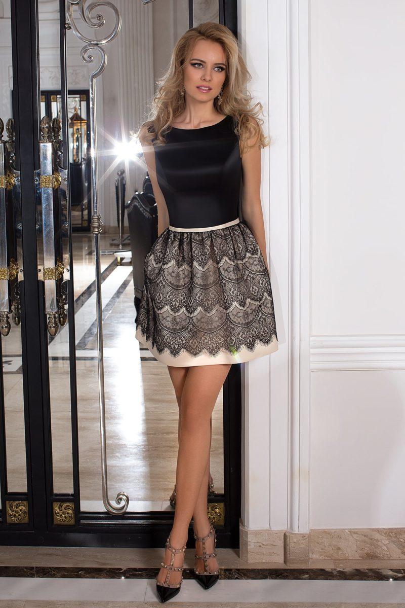 Короткое вечернее платье с черным глянцевым лифом и юбкой с кружевом.