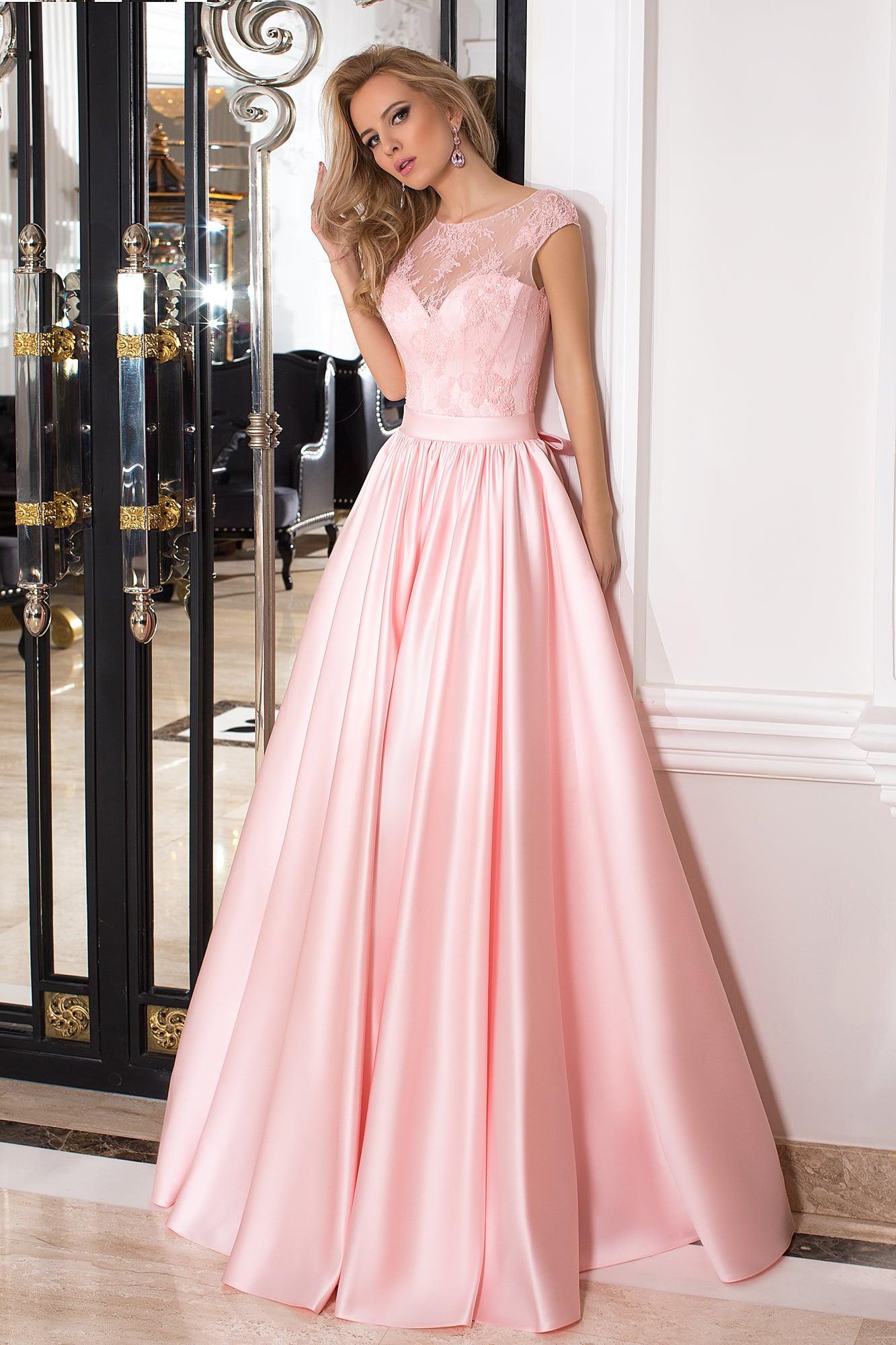 ed8e333ca7f Пышное вечернее платье розового цвета с тонким кружевом над корсетом.
