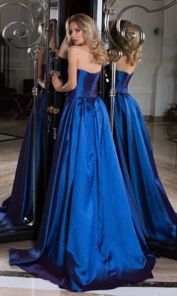 Открытое вечернее платье пышного силуэта, выполненное из сияющего синего атласа.