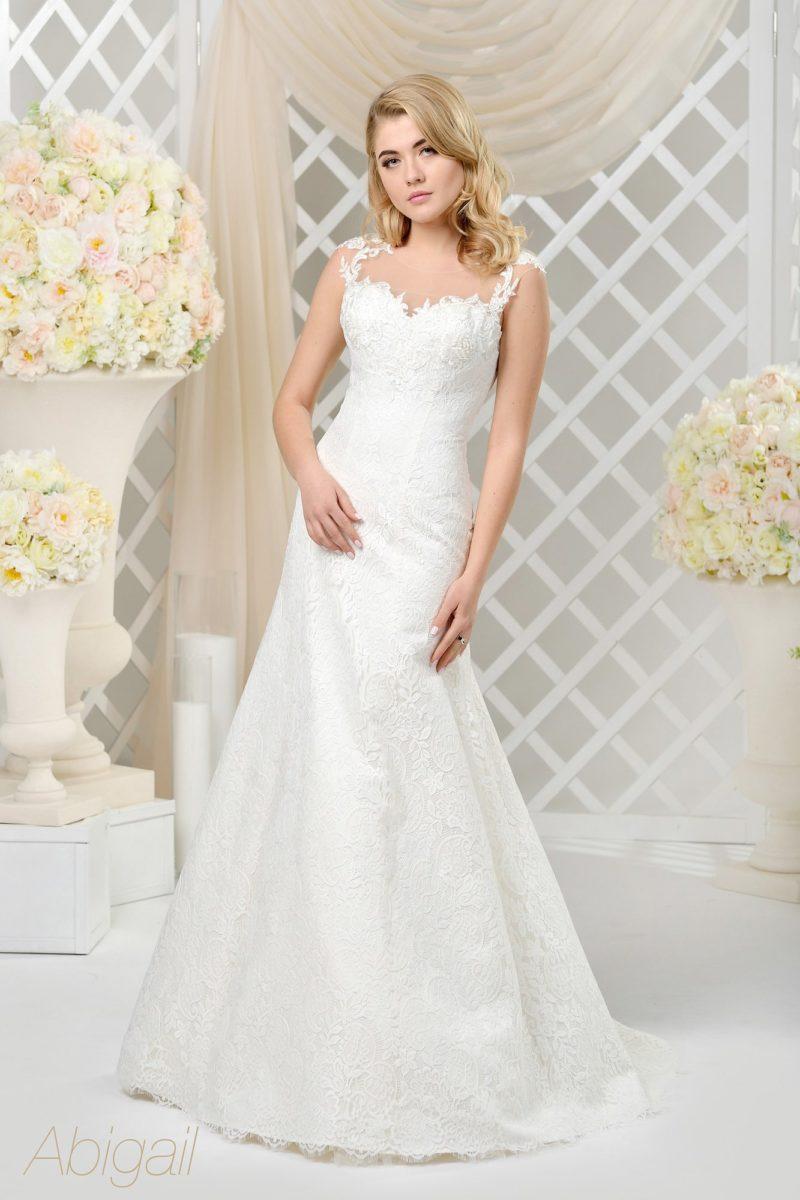 Свадебное платье с заниженной талией юбки «трапеция» и фигурным вырезом.