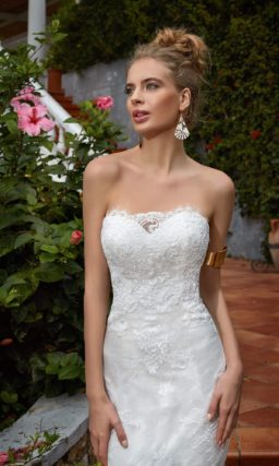 Стильное свадебное платье «русалка» с открытой глубоким вырезом спинкой и кружевом по всей длине.