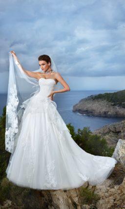 Пышное свадебное платье с многоярусной баской и фактурным кружевом по всему подолу.