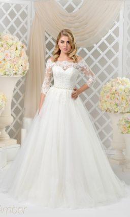 Эффектное свадебное платье с кружевным портретным вырезом и рукавом три четверти.