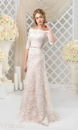 Кружевное свадебное платье с розовой подкладкой и длинным рукавом.
