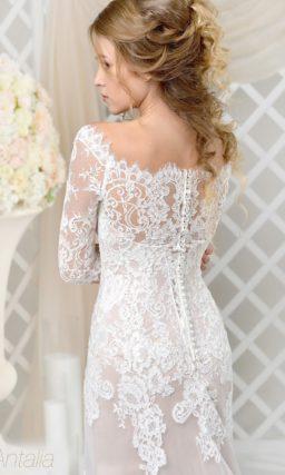 Свадебное платье с полупрозрачной юбкой на бежевой подкладке и кружевным декором.