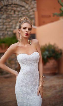 Кружевное свадебное платье «рыбка» с открытым декольте сердечком и эффектным длинным шлейфом.