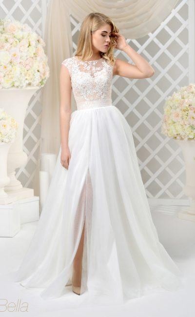 Пышное свадебное платье с разрезом на юбке и кружевным декором лифа.