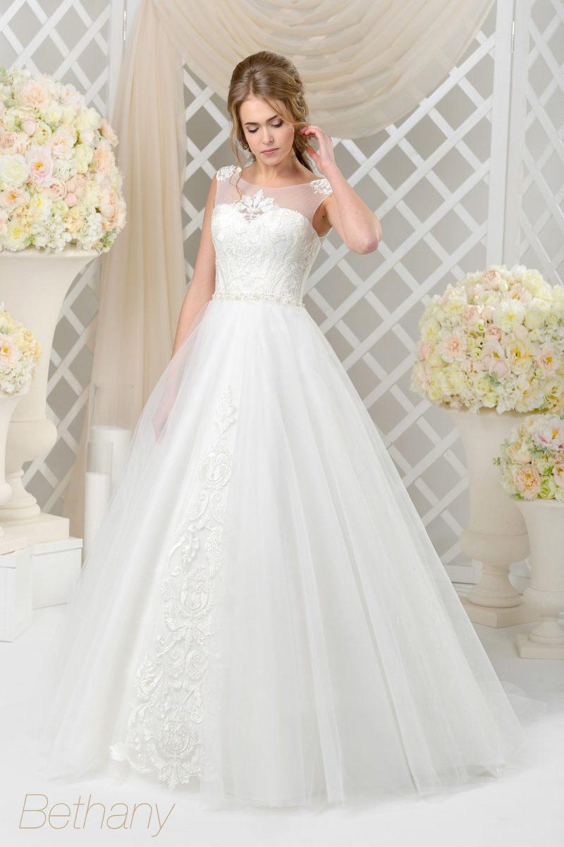 Классическое пышное свадебное платье с вырезом сзади и кружевной отделкой.