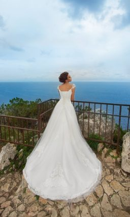Свадебное платье пышного силуэта  с элегантным верхом и стильными кружевными аппликациями.