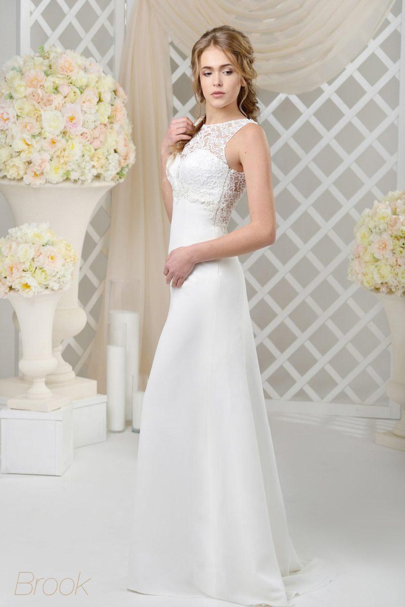 Облегающее свадебное платье, нежно декорированное по лифу кружевной тканью.