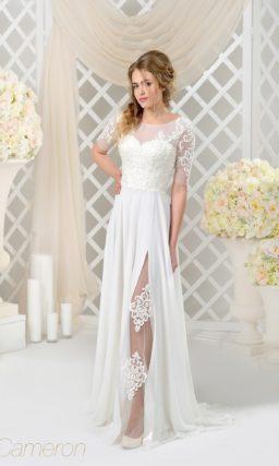 Прямое свадебное платье с полупрозрачной вставкой в разрезе на длинной юбке.