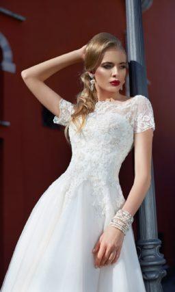 Свадебное платье с укороченным спереди подолом и коротким романтичным рукавом из кружева.
