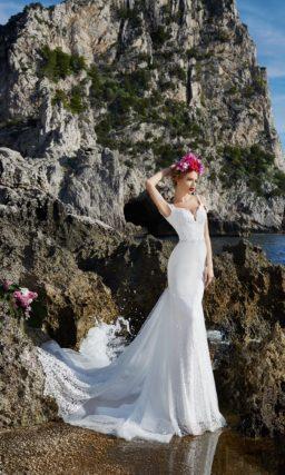 Облегающее свадебное платье с роскошным шлейфом из кружева и V-образным вырезом сзади.
