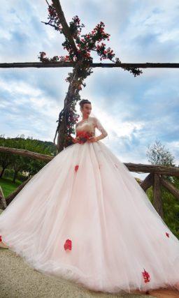 Торжественное свадебное платье с объемным шлейфом и юбкой с легким розовым оттенком.