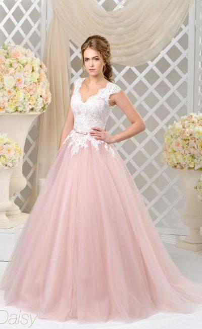Романтичное свадебное платье с розовой пышной юбкой и верхом из белого кружева.