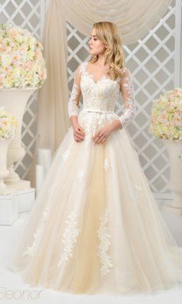 Золотистое свадебное платье с белым кружевом и длинным тонким рукавом.