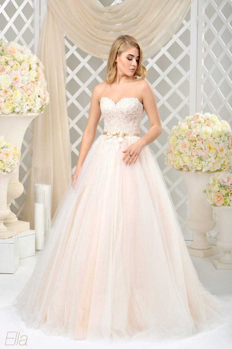 Изящное свадебное платье пышного кроя с золотистым атласным поясом на талии.