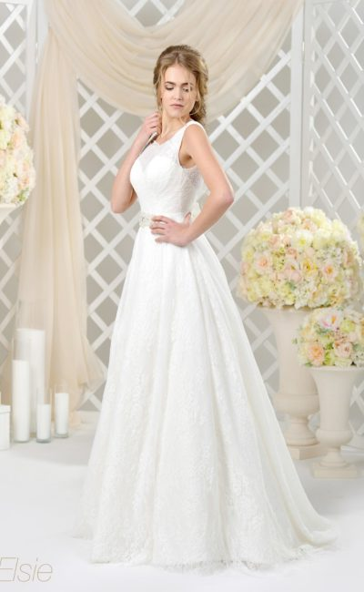 Фактурное свадебное платье «принцесса» с закрытым лифом и вышивкой на поясе.