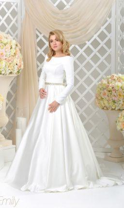 Атласное свадебное платье с длинным рукавом и эффектным декольте сзади.