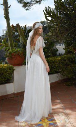 Прямое свадебное платье с оригинальным пышным рукавом и многослойной юбкой.