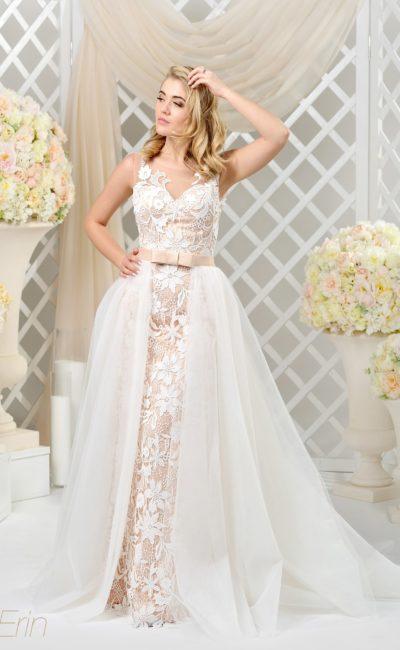 Прямое свадебное платье с цветной подкладкой и роскошной верхней юбкой.