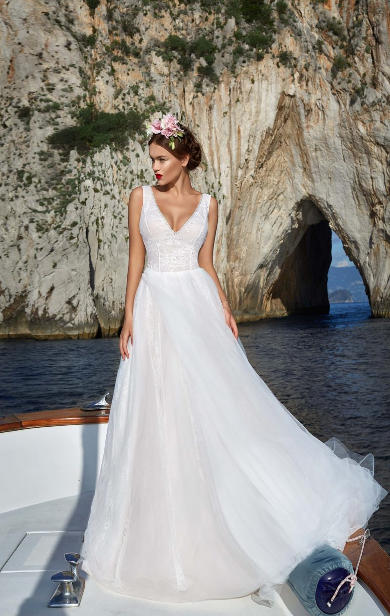 Свадебное платье с многослойной розовой юбкой и корсетом, покрытым белым кружевом.