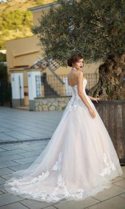 Роскошное открытое свадебное платье легкого розового оттенка.