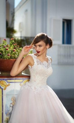 Розовое свадебное платье пышного силуэта с кружевным вырезом, открывающим спину.