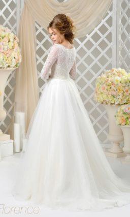 Пышное свадебное платье с длинным рукавом из кружева и лаконичным верхом.